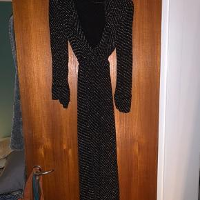 Sælger denne fine slå-om ganni kjole i det flotteste mønster.   BYD ENDELIG!!   Skriv for mere information
