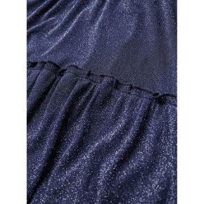Fin midikjole med mørkeblåt glimmerstof. Løs fit så passer også en str medium ✨
