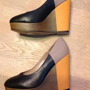 Er aldrig brugt og skotøjsæsken følger med (:  Kan afhentes i Odense.  Se også mine mange andre annoncer - mængderabat gives (:  Høje grafiske sko med plateau Farve: Sort, orange, gråbrun, militærgrøn Oprindelig købspris: 799 kr.