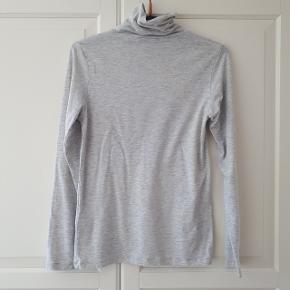 Samsøe & Samsøe bluse i str. M/L.  Måler ca. 43 cm fra ærmegab til ærmegab. Og måler ca. 61 cm fra skulder og ned.  Hentes i Roskilde eller sender med DAO mod betaling af fragt.