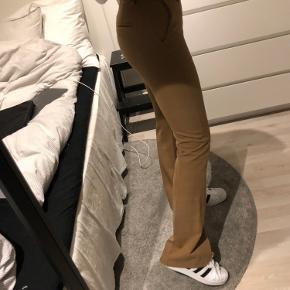 Rigtig fine bukser fra design by si i en brun/beige farve (str s).  De er aldrig blevet brugt, og sælges fordi de er for små til mig😊
