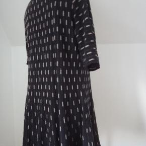 Varetype: strik feminin Størrelse: M (38-44) Farve: sort råhvid hvid Dejlig blød bomuldsstrik. Brystvidde 102-110, længde 76