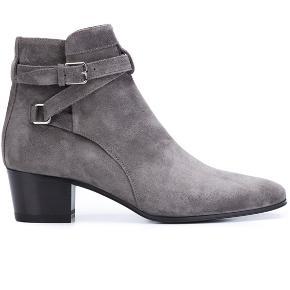 Smukke støvler fra Saint Laurent i grå. Ruskind. Rigtig behagelige. Stort set aldrig brugt og fremstår som nye. Kvittering haves fra Illum.   Pris: 1800