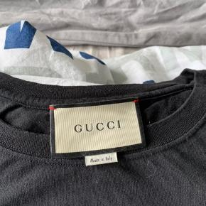 Gucci T-shirt, kun brugt 2 gange, ny pris 2600. Har stadig kvit
