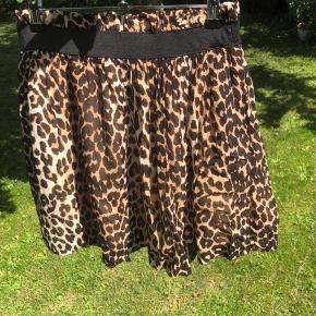 Fed nederdel i leopardprint  Skriv endelig ved flere sprøgsmål :)  Se også mine andre annoncer 😊