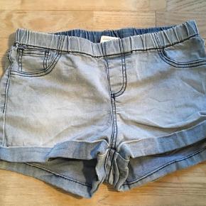 Varetype: Shorts Farve: Denim Oprindelig købspris: 149 kr.  Denim shorts fra Pieces i str. M/L. Style: Funky denim shorts.