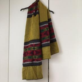 Lækkert tørklæde, sjal i blødt materiale fra Olivier Strelli.  Måler 160 x 57 cm.   Er i fin stand men har skrevet god men brugt, da der er et sted, hvor luven er slidt lidt af, så det sort kommer til syne - se foto.