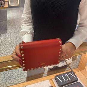 Smuk helt ny valentino taske med kortholder funktion. Perfekt gå i byen taske. Alt medfølger, box, dustbag og stadig med tag på. Fås lige nu inde i valentino butikken til 6.350 ,-