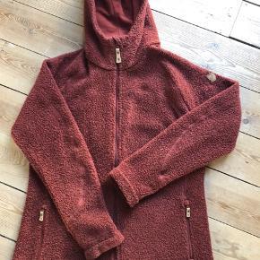Den fedeste fleece i uld fra Fjällräven. Farve rust, str. xl. Desværre købt for stor derfor kun haft den på et par timer, den ser ud om ny. God som mellemlag eller blot som jakke/trøje i sommer/efterårsperioden.