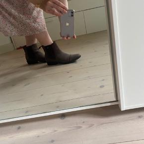 Fine ruskindsstøvler, der næsten er nye. Brugt 1/2 dag grundet at de er for store🌸.   Skoene kan hentes Aalborg 9000. Ellers betales porto af køber😉.