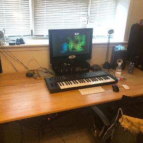 BYD  ....... Stort  skrive/computerbord I massiv egetræ med kraftige ben sælges pga flytning . Længde :202 Brede:  92 Højde : 73