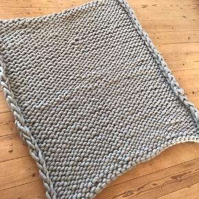Sælger dette lækre tæppe. Det har kun ligget fremme i ca. 1 mdr.  Farven er en lys blå nærmeste grå  Mål: ca 100x100