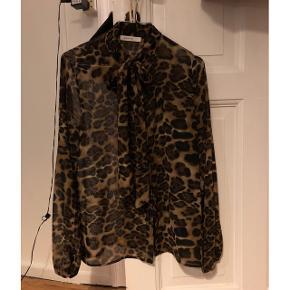 Super fin skjorte med bånd i halsen i leopard print. Brugt få gange, så intet tegn på slid.