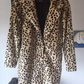 Super lækker By Malene Birger Elaisa Faux Fur Leopard Frakke str. 34 (stor i str.). Helt ny aldrig brugt hænger stadig med originale skilte nypris 3699kr. Kvittering haves