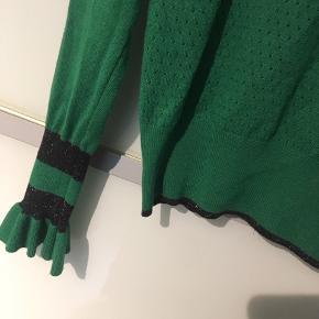 Super fin tynd strik fra Co'couture, str. M. Super flot grøn farve og med lidt glimmer ved de sorte kanter😊