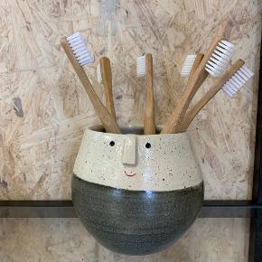 Skønt håndlavet tandkrus eller urtepotte. Lavet i serien sammen med Lange Hyl (kan bruges som vase) som du kan se på foto 2 og 3. De er alle lavet af dansk keramiker - og selvfølgelig håndlavet. Ikke 2 er 100 procent ens. Det er vi ret vilde med 💚  Krus/urtepotte 250kr Lange Hyl fra 125kr  Sender gerne med DAO Ved TS pålægges et mindre gebyr til prisen. Mobilepay også en mulighed.  Kan afhentes i Fredericia eller Pjedsted