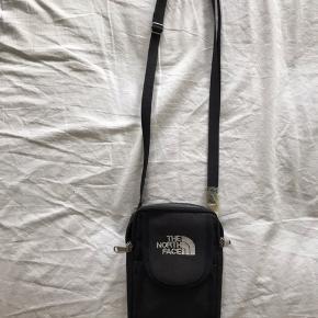 Sælger en lille The north face taske købt på et marked i Vietnam, så ægtheden kan nok betvivles. Den har to rum, hvoraf det store lukkes med lynlås og det lille med velcro.