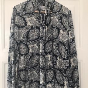 Blød feminin skjorte med bindesløjfe FAST pris Kun salg via TS Ingen yderligere fotos Ingen mål 😊
