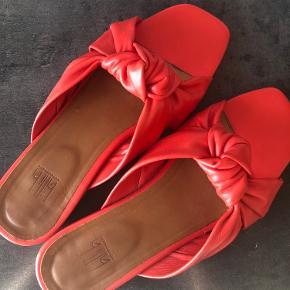 Skoene er brugt 4-5 gange, men de er desværre lidt for små til mig. Prisen er sat ud fra standen.