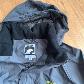 Lækker vind og vandtæt jakke fra NANOK med aftalig hætte