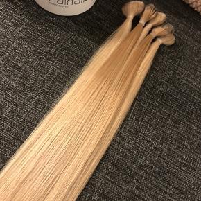 """Jeg sælger disse super lækre Hairtalk Pro tape extensions. Der er 5 pakker (man siger at 4 pakker normalt er nok til en fuld påsætning) der er 34 stk. af 55cm og 24 stk. af 45cm. Der er to forskellige blonde farver... den ene farve er helt blond, hvor den anden har lidt mørkere """"bundfarve"""" og bliver så lidt lysere i længderne... jeg kender desværre ikke farvekoderne, men mixet af de to farver og længder, giver det et helt fantastisk naturligt look.   Håret er kun været brugt i ca. 1,5 måned. Det et derfor meget velholdt og næsten som nyt.   Jeg sælger alt håret samlet, du får desuden resterne af mine Hairtalk produkter med i købet.   Så hvis DU ønsker lækkert, meget naturligt og smukt Hairtalk Pro hår... men synes det er lidt for dyrt at tage til en frisør, så har du her muligheden for at prøve det af til en MEGET billig pris ift. hvis du skal til en frisør.   Håret skal bare have nyt tape på og så er det ellers klar til påsætning!(-:  Skriv gerne hvis det har interesse."""