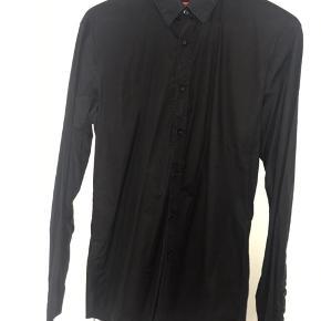 Super lækker Slim fit sort Hugo Boss skjorte. Nypris 1000 kr.