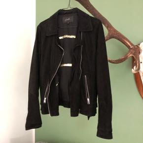 Lækker ruskinds jakke i sort, fra suite i størrelse small. Købt i magasin for 2 år siden til 3500,-    bytter ikke!