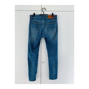 Str 29/32 jeans fra TOS. Modellen hedder Evolve. Købt for et par måneder siden for 1200kr og brugt meget få gange.