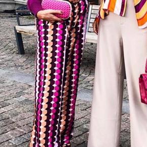 Overvejer at sælge mine Lotus bukser fra den nye kollektion.  Super fede og kan bruges både til hverdag og fest.  Nypris 1700,- Jeg bytter ikke 😊