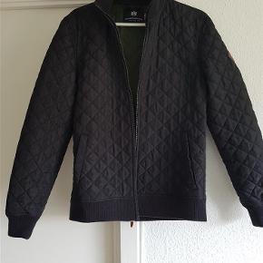 """Lækker mørkeblå forårs & overgangs jakke. Ikke brugt meget, perfekt til fx """"Blå mandag"""".  Jakke Farve: Mørkeblå Oprindelig købspris: 450 kr."""