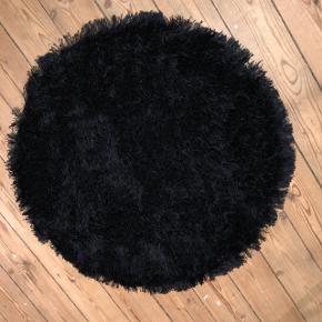 Sort gulvtæppe med (hår) np.300kr næsten som nyt mp 50kr