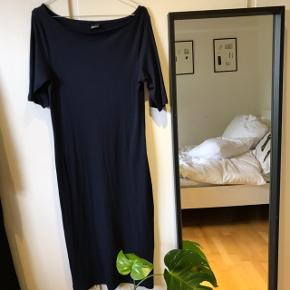 Fin navy kjole i ribbet materiale. True to size.