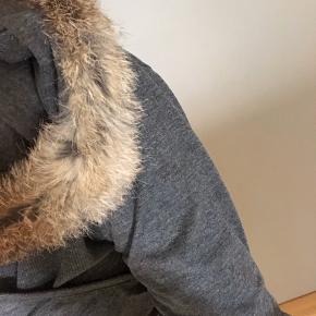 Helt ny kjole med hue, hvor der er en pels kræve på hatten. (Ægte kanin.)