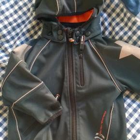 Varetype: Jakke multi performance / mmp Farve: Multi  Super fin jakke med orange foer og hætte. God til vind og vejr  Se også mine andre annoncer med molo 😀