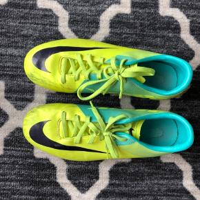 Nike fodboldstøvler til kunstgræs i str. 38,5 ☺️ trænger til en våd klud  ✖️✖️ Kan afhentes i Holstebro, og ellers så sender jeg gerne på købers regning ✖️✖️