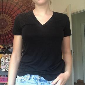 God sort basic T-shirt fra Weekday med V-hals i str. xs Lækker blød kvalitet Byd endelig! :)