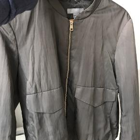 - H&M bumper i grøn silke lignende stof - Str 36 - Ingentegn på slid   (Tryk på billede for fuld størrelse)