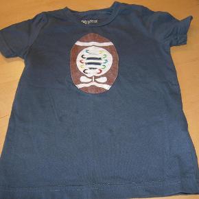 Varetype: T-shirt Farve: Se billede  Super fin t shirt fra katvig - brugt max 5 gange.  Alm. farvetab og fnuller.  Vasket i neutral og ikke tørretumblet