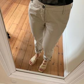 Beige bukser fra Acne i str. 28/32 🌷  76 cm lange (målt fra skridt) og 38 cm i livet.