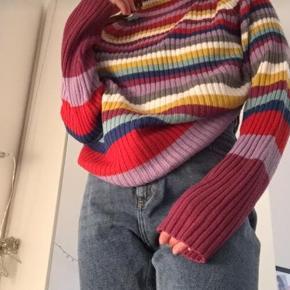 Rigtig fed bluse med vide ærmer. Er købt i Episode i København, men mærket er Rainbow Collection.  Der er et lille hul i, men ikke noget men ligger mærke til. Hullet kan også lappes yderligere end det er.