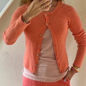 100 procent kashmir cardigan, super blød! Til den lille side. Let fnuglert, se billeder, men ellers super skøn varm orange farve #secondchancesummer