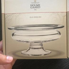 """Nypris kr. 250,-  Fin skål fra Holmegaard """"Old English""""  13 cm. Perfekt til slik, småkager osv.  Aldrig brugt.  Kom med et bud !"""