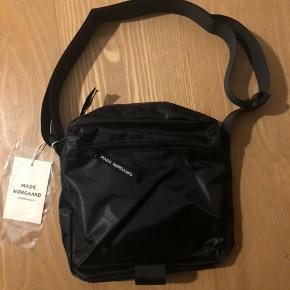 Sort Mads Nørgaard taske sælges, grundet fejlkøb. Crossbody taske med 3 rum.