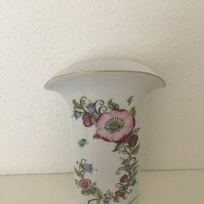 """Smuk vase fra Hutchenruether designet af Ole Winther sælges.Højde 23,5 cm - vasen er er """"flad"""" og bunden måler 5 x 10,5 cm. Pris 150  kr."""