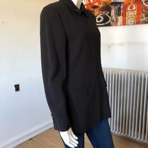 Smuk og minimalistisk jakke fra CK collection. Brugt men fejlet intet. God passet på, rent og pænt uden brugspor på.  Str 8/ medium.  Byttes ikke.