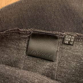 Fin business In Wear nederdel i str. 38.   Forsendelse på købers regning.