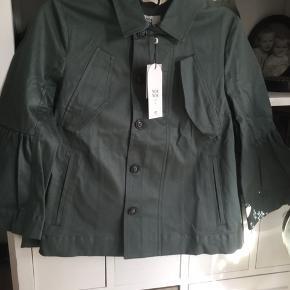 Fin kort jakke fra Noa Noa i kraftig blød materiale flot støvet grøn nuance , ny med mærke nypris 1199 kr,  pris 150 kr + porto 38 kr DAO