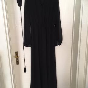 Fin og enkel sort lang kjole / maxikjole med gennemsigtige ærmer, elastik i livet og bælte til.
