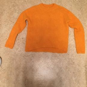 Mega flot orange trøje. Er aldrig blevet brugt, da den ikke var mig alligevel.  BYD  Køber betaler fragt ;)