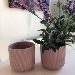 2 fine plantepotter købt i ikea Super stand, kan sendes for 25 kr eller hentes i 7900 Nykøbing mors